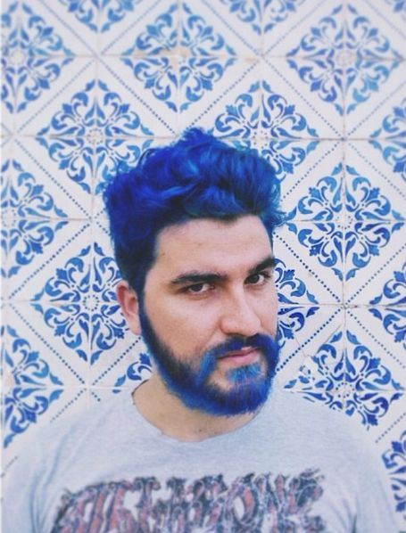 barba si par albastru